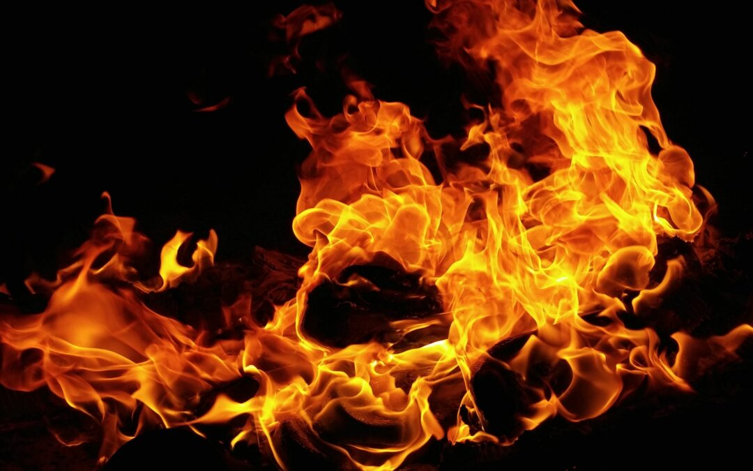 Cómo mantener el fuego en una chimenea